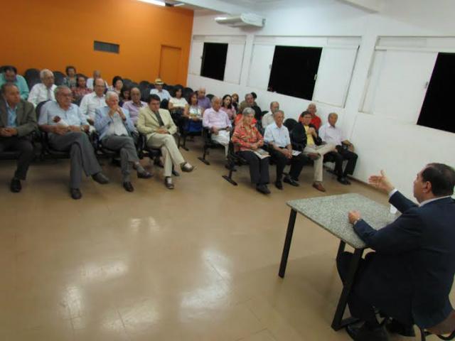 Pierre Adri ministra palestra sobre a história da imprensa no MS durante chá da Academia Sul-Mato-Grossense de Letras. - Crédito: Foto: Elvio Lopes