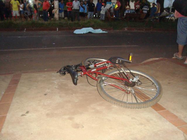 Ciclista foi arremessado ao solo e morreu antes da chegada do Samu. - Crédito: Foto: Cido Costa/Dourados Agora