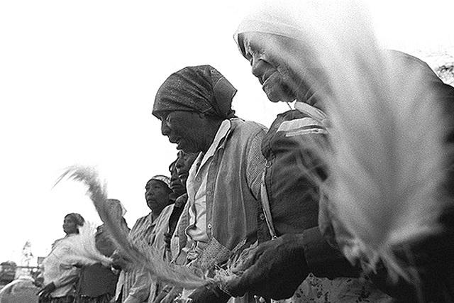 Fotógrafo Juan Britos vem trabalhando através da fotografia a questão indígena, sem uma tematização: perambula por diversas situações do cotidiano, do rito, do trabalho. - Crédito: Foto: fotos: Juan Britos