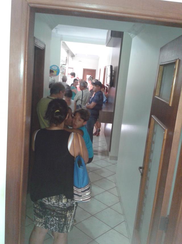 Muita gente formou fila ontem por uma chance de entrar na lista de espera pela vacina. - Crédito: Foto: César Cordeiro