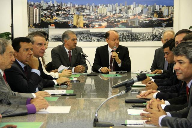 Governador Reinaldo Azambuja durante reunião ontem com os deputados estaduais. - Crédito: Foto: Divulgação