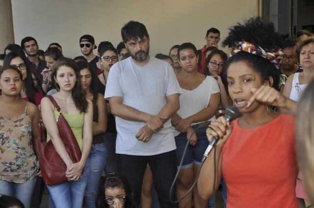 Estudantes protestam em frente à biblioteca da UFGD, perto de onde teria ocorrido o estupro. - Crédito: Foto: Hédio Fazan