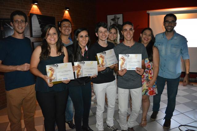 Alunos do 7º recebem o prêmio de melhor jingle no GaloAwards. - Crédito: Foto: Unigran