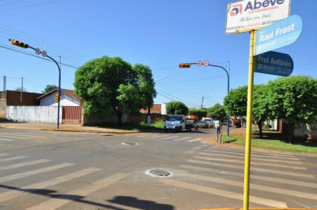 Semáforo instalado na Rua Raul Frost esquina com W-17 Dourados vai dar mais segurança ao trânsito. - Crédito: Foto: A. Frota/Divulgação