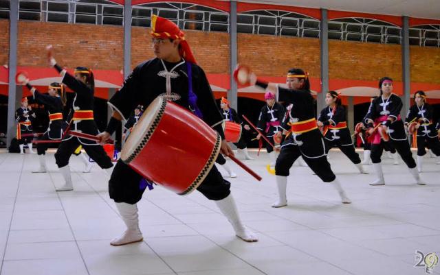 """Grupo com """"Tambores Festivos do Reino de Ryukyu"""" não se limita apenas às músicas tradicionais, incluindo, em suas apresentações, ritmos contemporâneos e variados. -"""