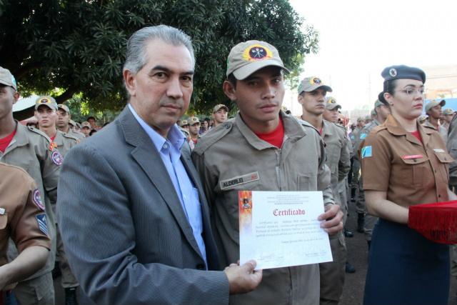 Governador Reinaldo Azambuja durante formatura de novos bombeiros no MS. - Crédito: Foto: Chico Ribeiro