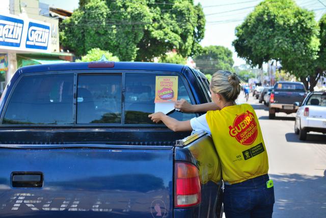 No pedágio foram feitas orientações e entregues folders sobre as doenças para a população. - Crédito: Foto: Divulgação