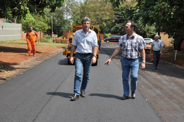 Murilo vistoria obra de asfalto; investimento em infraestrutura favorece desenvolvimento. - Crédito: Foto:  A. Frota