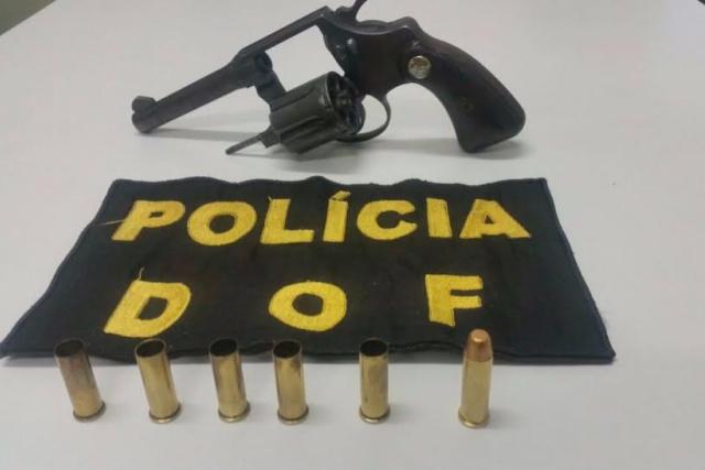 Arma apreendida com a vítima do tiroteio tinha 5 cápsulas deflagradas; ficha do assaltante era extensa. - Crédito: Foto: Divulgação/DOF