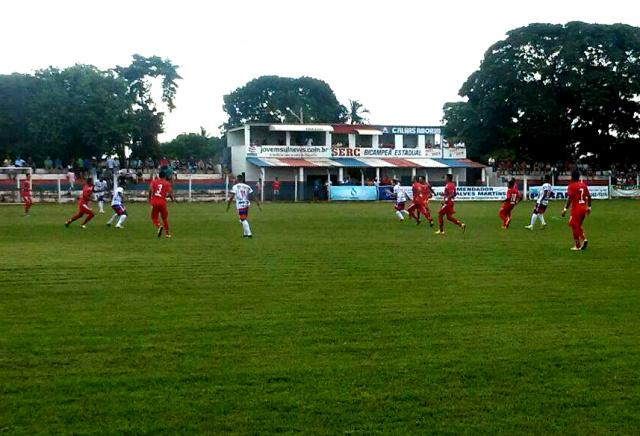 Lance da partida disputada na tarde de ontem no campo da Serc, a 550 quilômetros de Dourados. - Crédito: Foto: Divulgação