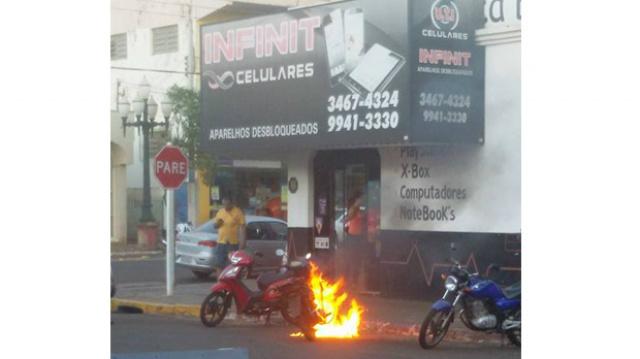 Moto foi destruída pelas chamas Foto: Fatima News -