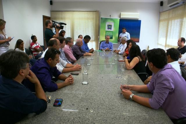 Lideranças acompanham ato de assinatura de convênio que beneficia escola de Caarapó. - Crédito: Foto: Dilermano Alves