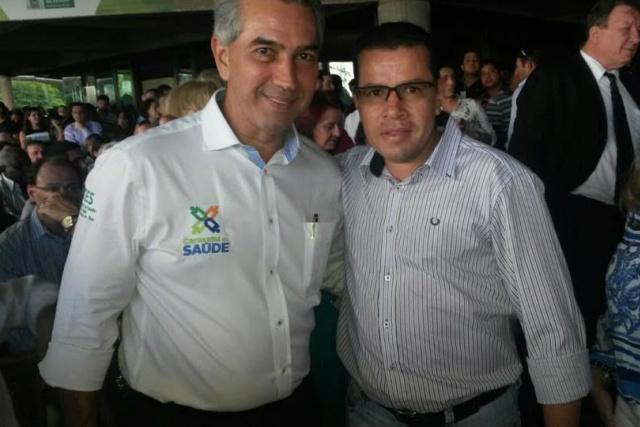 Reinaldo Azambuja e vereador Pedro Pepa durante última caravana. - Crédito: Foto: Divulgação