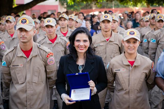 Deputada Grazielle durante formatura dos novos bombeiros. - Crédito: Foto: Divulgação
