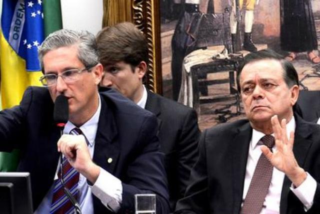 Comissão debate parecer do impeachment de Dilma. -