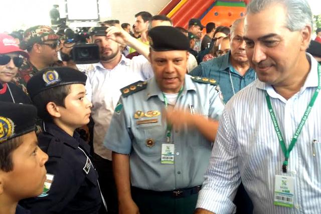 Tenente coronel Zerlotti com o Governador Azambuja em solenidade de um dos projetos do DPCOM. - Crédito: Foto: Divulgação