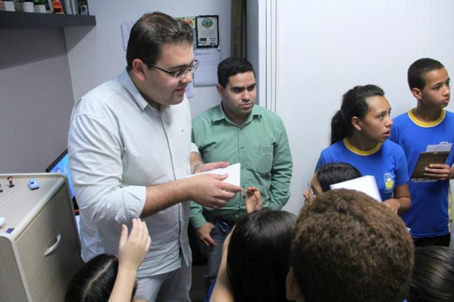 Vereador Alan Guedes, presidente municipal do Democratas, conversa com estudantes da rede pública sobre o voto consciente. - Crédito: Foto: Divulgação