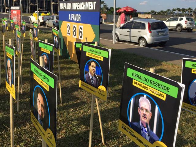 Placar mostra deputados que votam a favor da saída de Dilma Rousseff em frente ao Congresso. - Crédito: Foto: Antônio Cruz/Agência Brasil