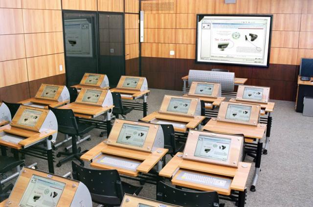 Aprender por computadores, `tablets` e até telemóveis é o dia-a-dia dos alunos do Agrupamento de Escolas da Atouguia da Baleia. - Crédito: Foto: Divulgação
