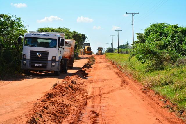 A força tarefa montada pela Prefeitura faz parte do programa de conservação e manutenção das estradas, que oferece assistência  as comunidades rurais. - Crédito: Foto:  Micael Nunes