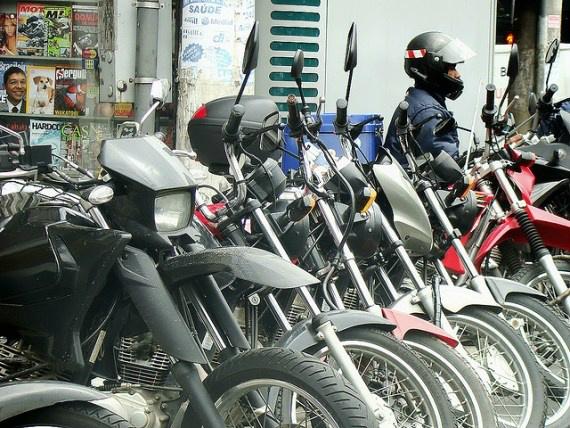 Motos estavam estacionadas em frente a estabelecimento comercial Foto: Reprodução -