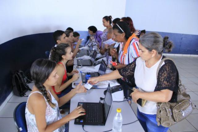 Crachás para avaliações para as cirurgias e outros atendimentos foram retirados na manhã desta terça-feira, no Jorjão. - Crédito: Foto: Chico Leite