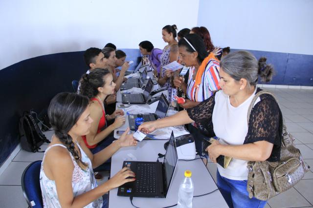 Crachás para avaliações de cirurgias e outros atendimentos foram retirados ontem no Jorjão. - Crédito: Foto: Chico Leite