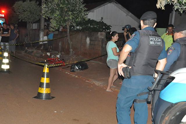 Homem foi alcançado por motociclista e alvejado com disparos. - Crédito: Foto: Washington Lima/Fatima News