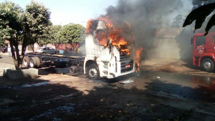 Caminhão ficou totalmente destruído por incêndio - Crédito: Foto: Renato Azevedo/Jornal O Vigilante MS