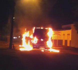 Incêndio contra ônibus ocorreu na madrugada Foto: Reprodução -