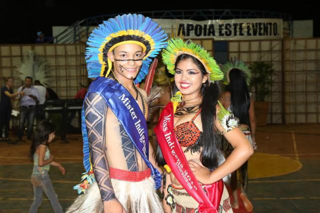 Ângela Fernanda, de 15 anos, e Sérgio Henrique Machado, 16 anos, ambos da etnia terena foram eleitos miss e mister Indígena. - Crédito: Foto: A. Frota