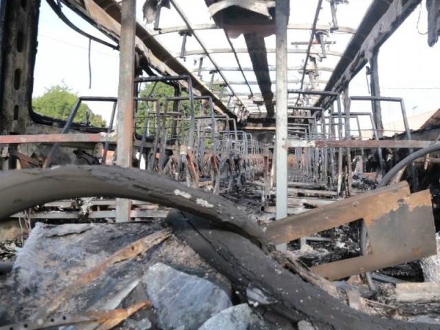 Ônibus destruído pelo fogo em ataques de ontem na Capital. - Crédito: Foto: Marcos Morandi
