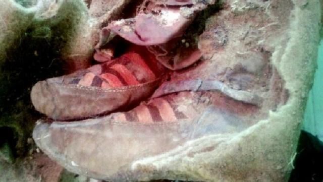 """Múmia foi encontrada usando um """"par de tênis"""". - Crédito: Foto: Divulgação"""