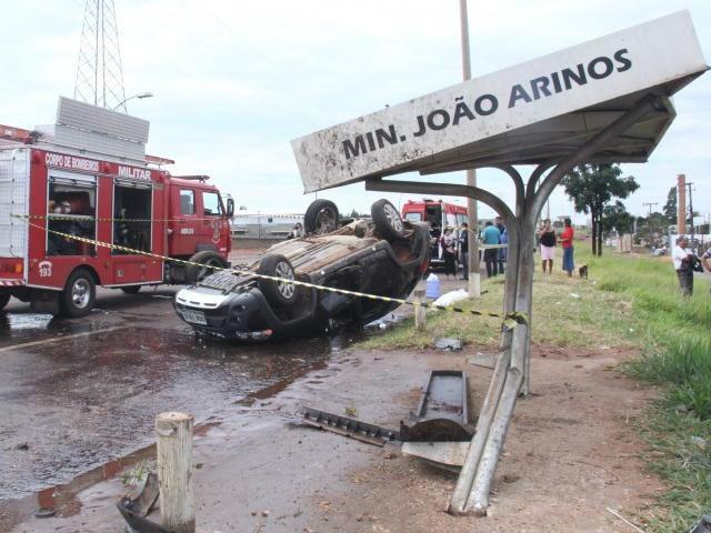 Após a colisão, o Pálio atingiu um ponto de ônibus e capotou em seguida. - Crédito: Foto: Alan Nantes/Campo GrandeNews
