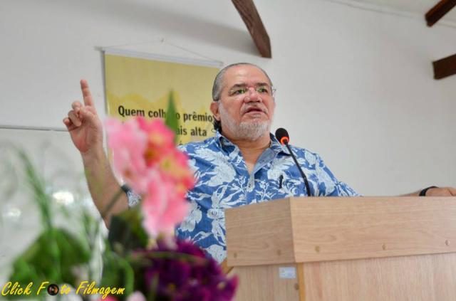 Jacob Melo faz palestra no Teatro Municipal de Deourados. - Crédito: Foto: Divulgação