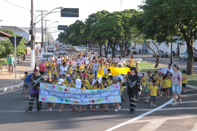 Passeata promovida pela Escola Antônio Joaquim de Moura Andrade envolve alunos da Educação Infantil. - Crédito: Foto: Thiago Odeque