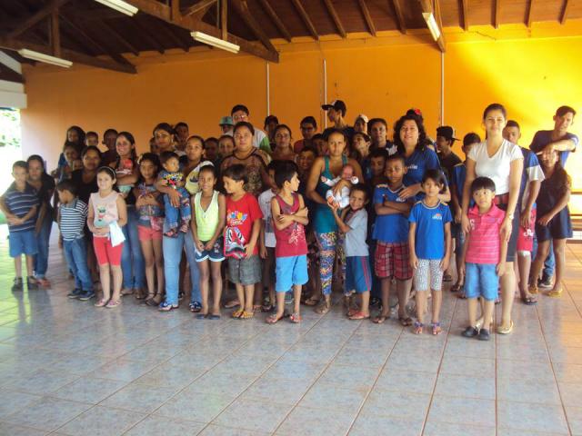 Participantes do projeto com suas famílias durante o encontro. - Crédito: Foto: Divulgação