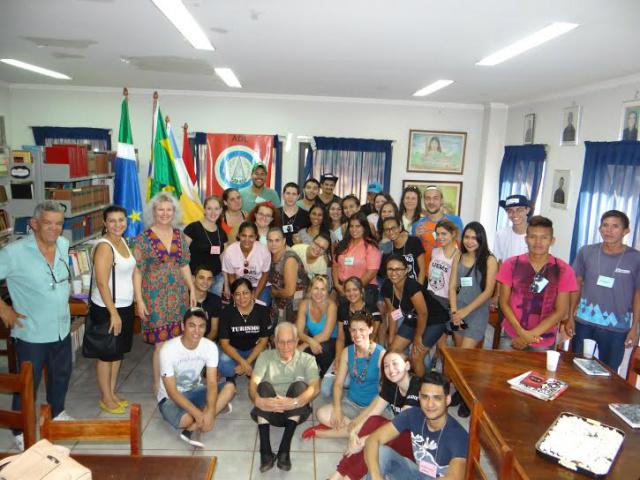 Estudantes de Turismo da Uems em visita à Academia Douradense de Letras. - Crédito: Foto: Divulgação