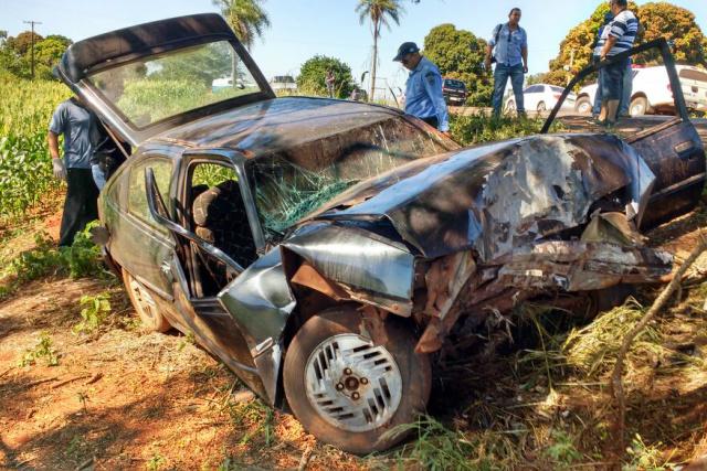 Após sair da pista, o veículo Kadett com placa de Dourados colidiu contra uma árvore; José Fábio não resistiu e morreu no local do acidente. - Crédito: Foto: Cido Costa/Dourados Agora