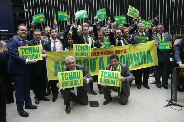 Deputados utilizam do sarcasmo para poder se despedir da presidente. - Crédito: Foto: Divulgação