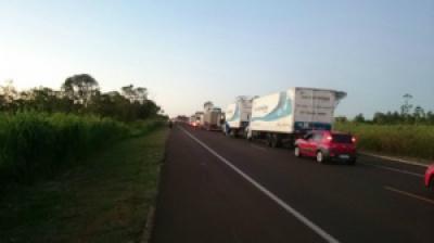 Em Nova Alvorada do Sul, o bloqueio na BR-163 já causa congestionamento. - Crédito: Foto: Willian Ballok
