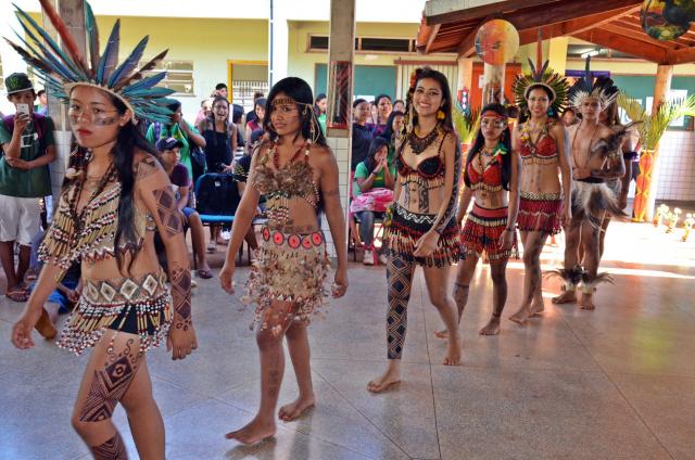 Desfile de garotas na Escola Estadual Indígena Intercultural Guateka – Marçal de Souza. - Crédito: Foto: Divulgação