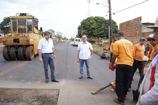 Prefeito Murilo e secretário Luis Roberto vistoriam obra de asfalto. - Crédito: Foto: Chico Leite/Assecom