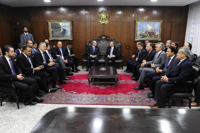 Renan Calheiros recebe Eduardo Cunha após entrega do processo de impeachment; vários parlamentares participaram do encontro. - Crédito: Foto: Jonas Pereira/Agência Senado