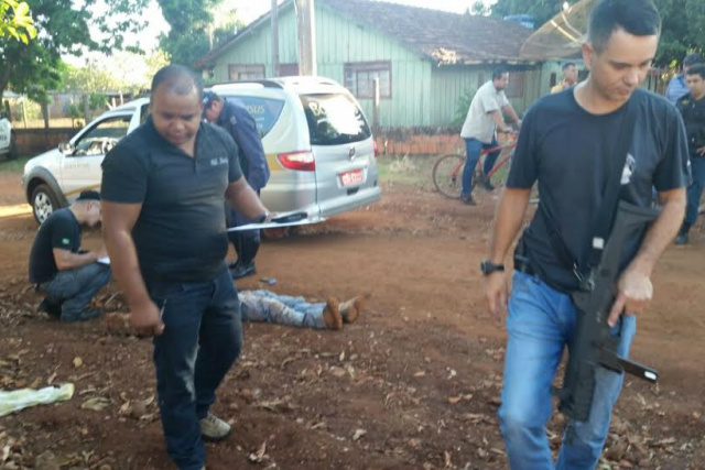 Homem foi perseguido antes de ser atingido na cabeça com vários golpes com um pedaço de concreto. - Crédito: Foto: Cido Costa/Dourados Agora