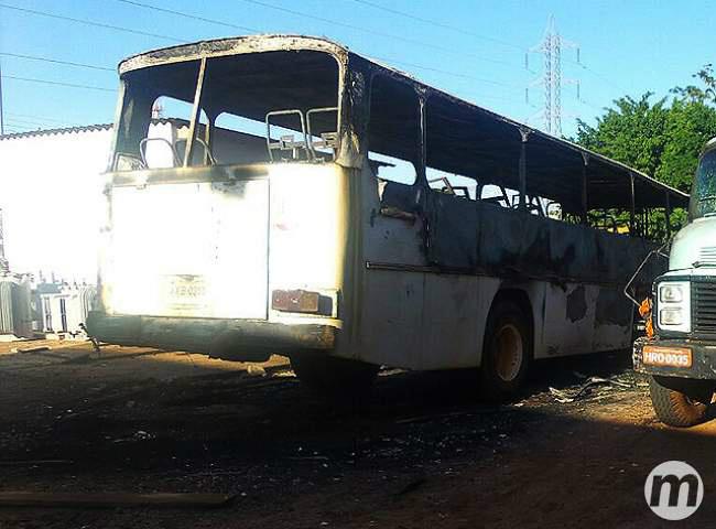 ônibus ficou totalmente destruído Foto: Arlindo Florentino/Midia Max -