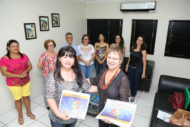 Secretária de Educação Ilda Kudo recebe edições especiais dos 80 anos de Dourados. - Crédito: Foto: A. Frota