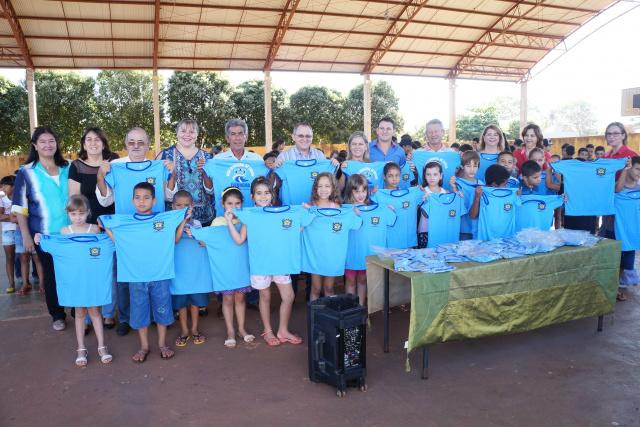 Alunos recebem uniformes que foram adquiridos pelo Fundo de Investimento Social - Crédito: Foto: Paulo César