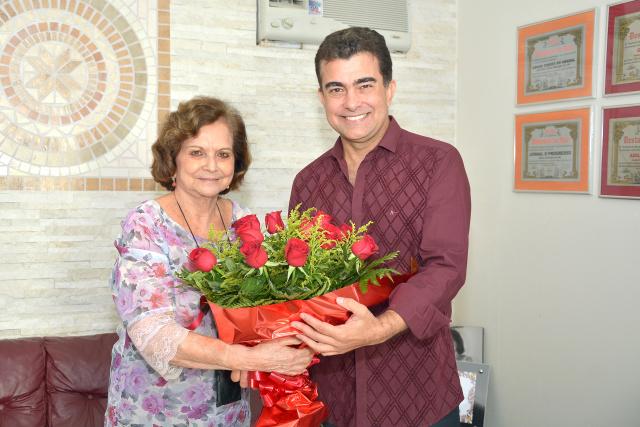 Diretora Adiles Torres recebe flores do ex-deputado Marçal Filho. - Crédito: Foto: Marcos Ribeiro
