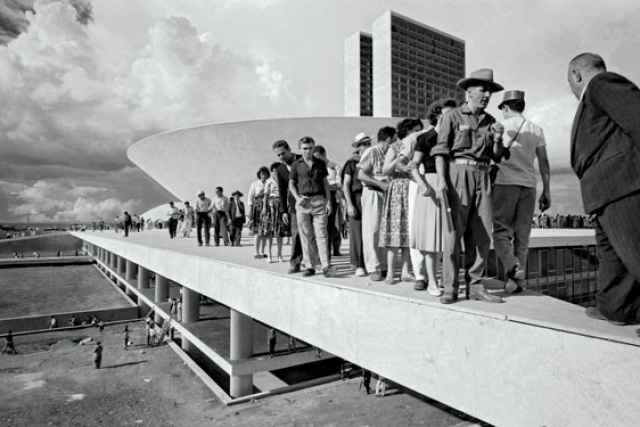 Populares sobre cobertura do Palácio do Congresso Nacional no dia da inauguração de Brasília em 21 de abril de 1960. - Crédito: Foto: Thomaz Farkas